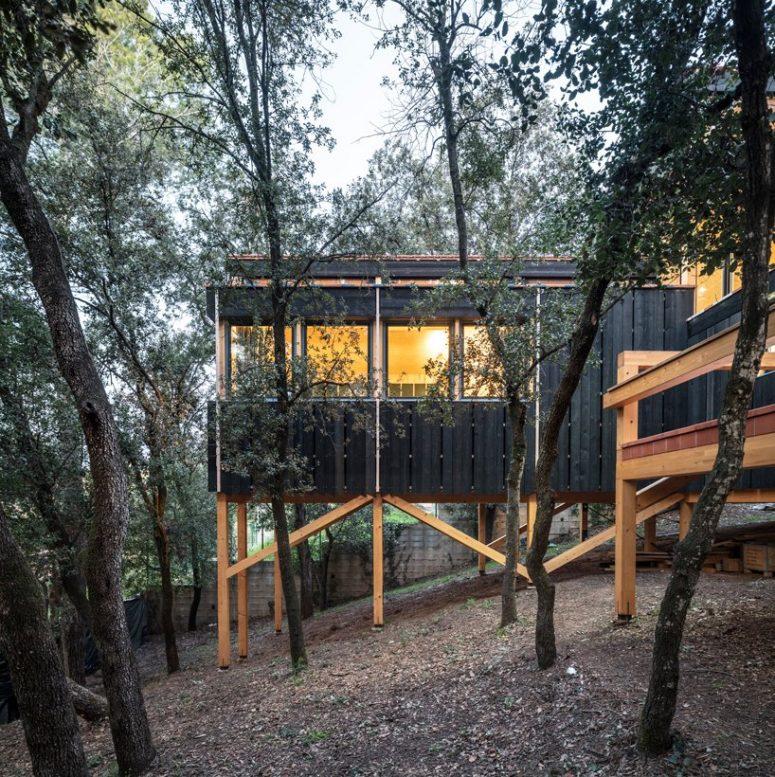 La maison présente beaucoup de bois dans la conception, à la fois à l'intérieur et à l'extérieur
