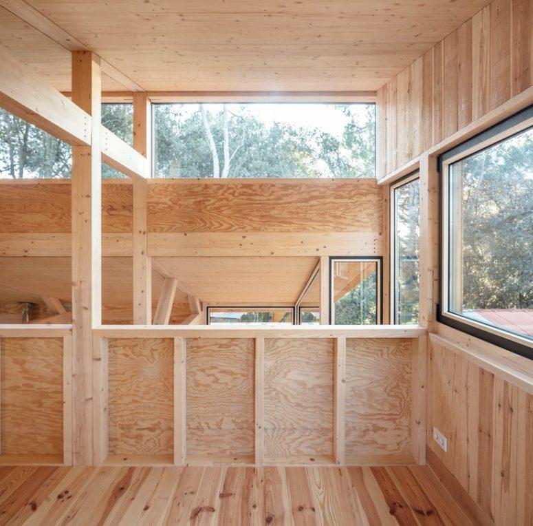 De nombreuses fenêtres et puits de lumière remplissent les intérieurs de lumière naturelle