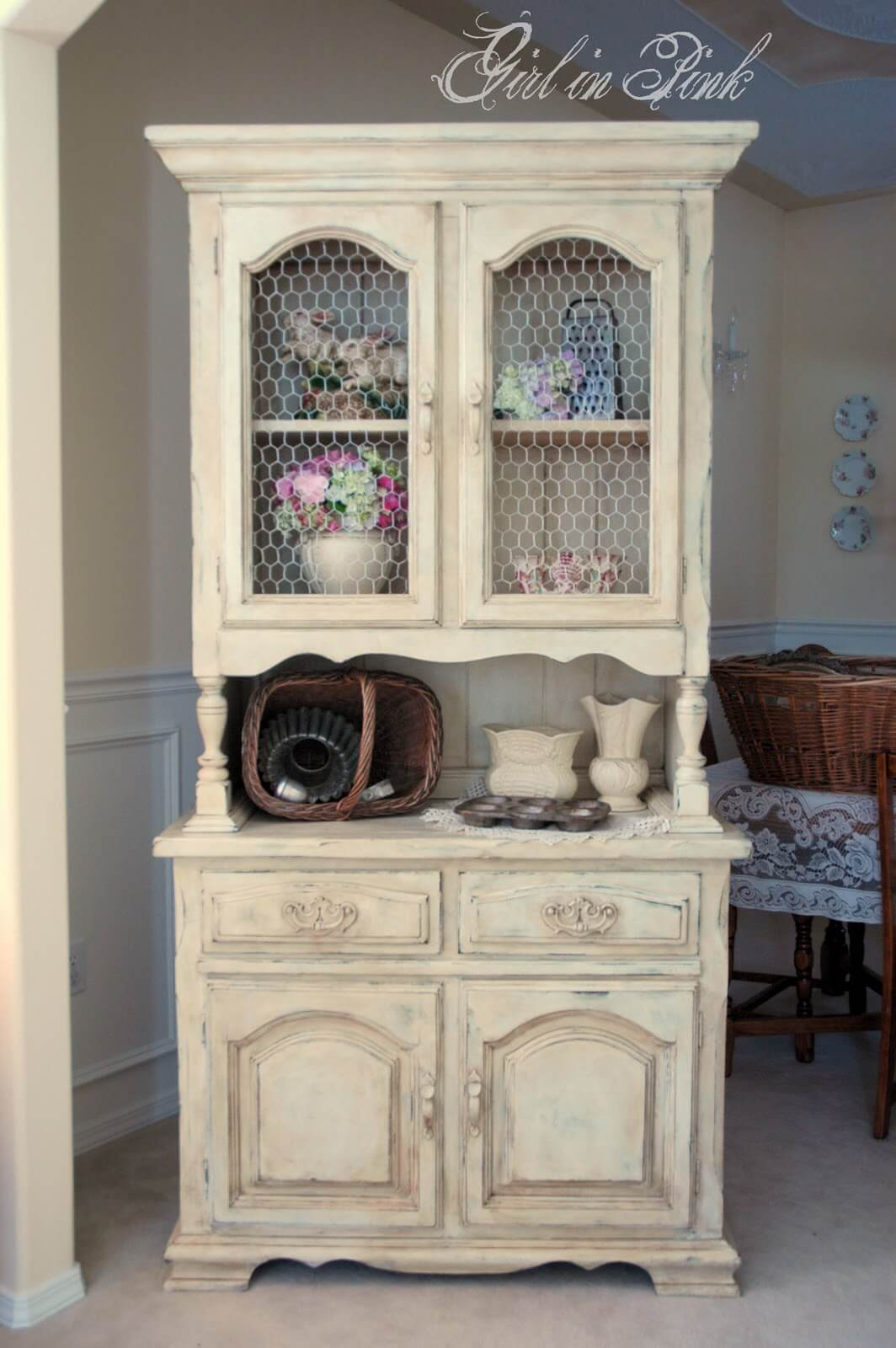 Une armoire à l'ancienne pour les assiettes et la décoration