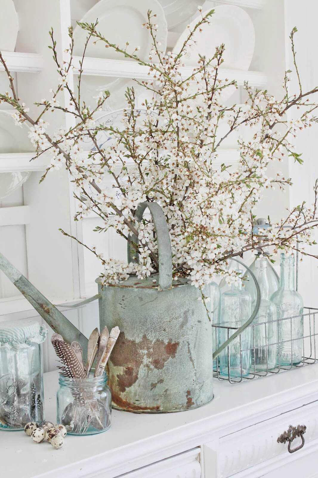 Une pièce maîtresse hivernale avec des plumes de printemps et des œufs