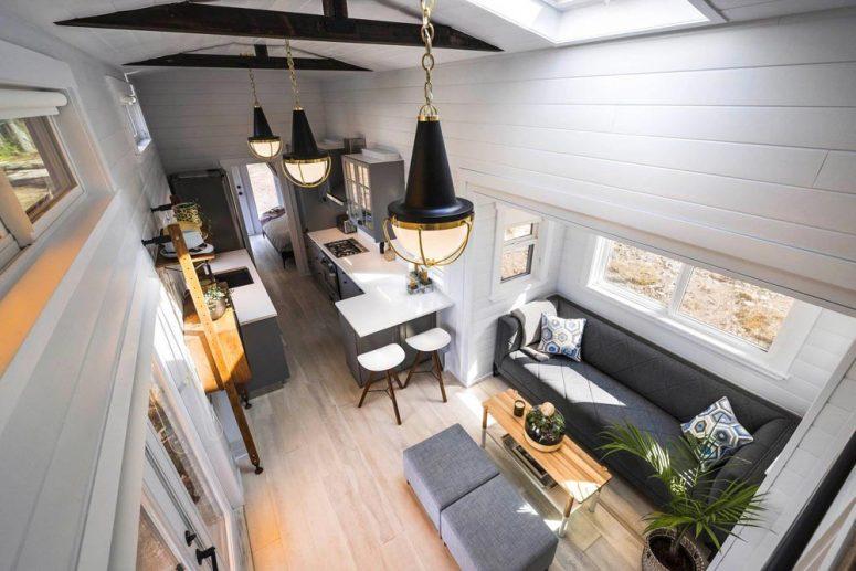 L'intérieur est spacieux, la disposition est longue et étroite, avec un salon, une cuisine, une chambre et une salle de bain