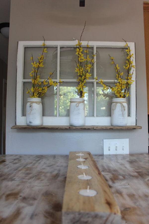 Décoration murale de pot Mason blanchi à la chaux de fenêtre vintage