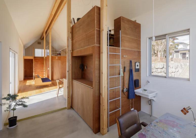 Il y a un escalier en haut, une telle solution est une excellente idée pour un petit espace