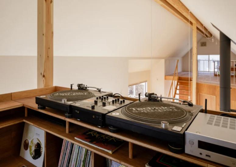 L'espace supérieur est une cabine de DJ, ce qui rend la maison cool pour les fêtes