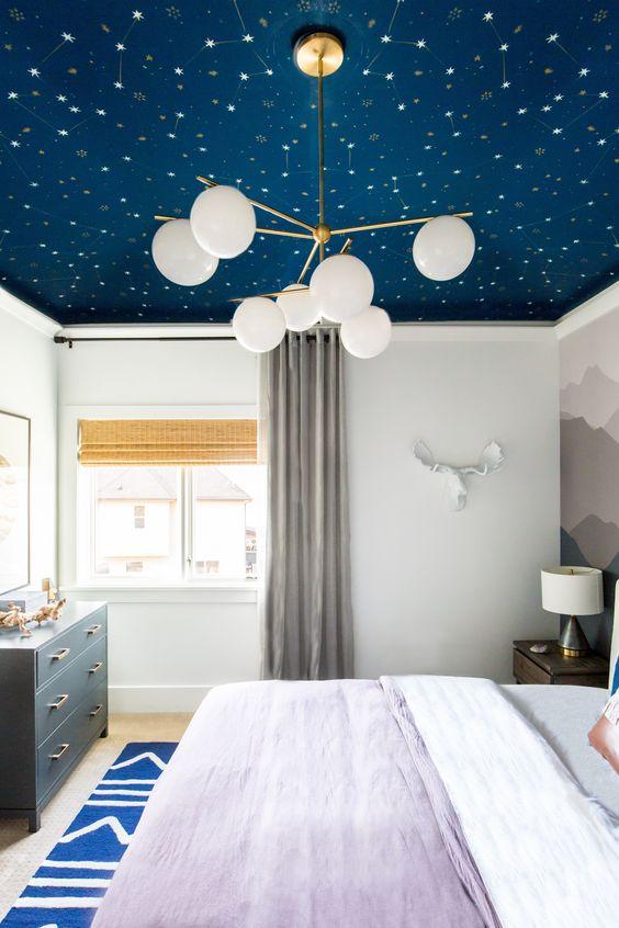un plafond céleste bleu et blanc est une idée audacieuse pour chaque chambre à coucher pour rendre votre sommeil plus relaxant