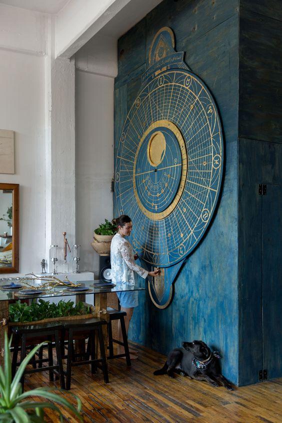 un magnifique art mural sur le thème du calendrier lunaire surdimensionné en bleu et or est une déclaration audacieuse