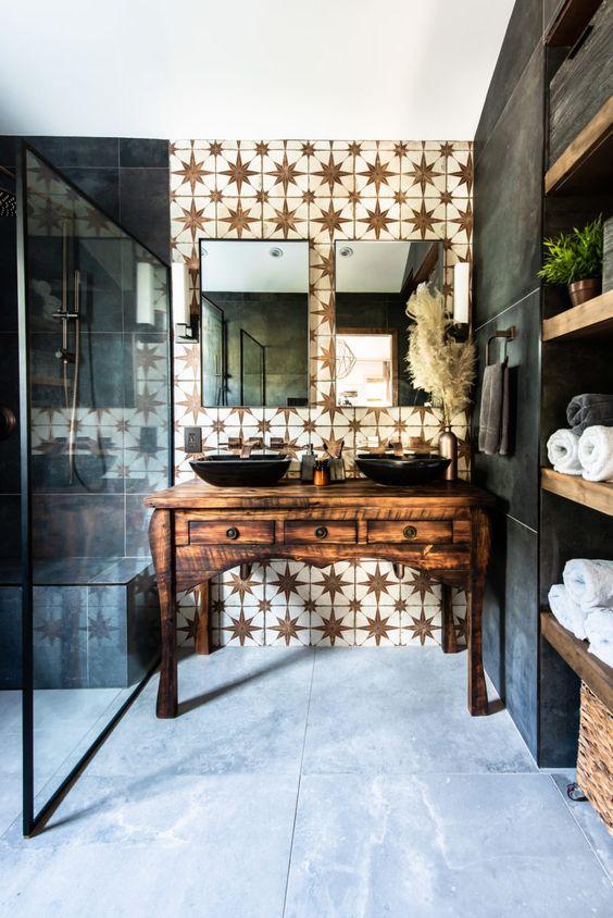 une salle de bains raffinée avec un mur d'accent de carreaux d'étoile blanche et des carreaux mats foncés plus une vanité en bois vintage raffinée