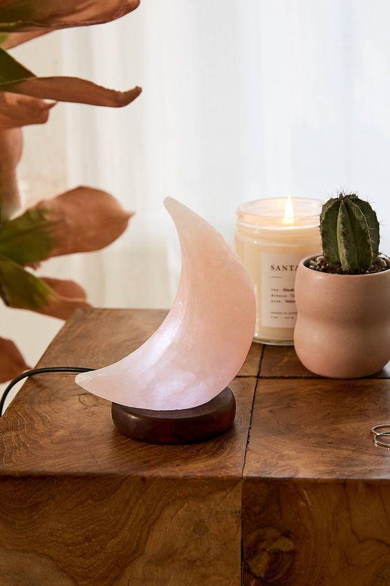 une belle lampe de table sel rose de l'Himalaya est une décoration chic et romantique pour un espace moderne