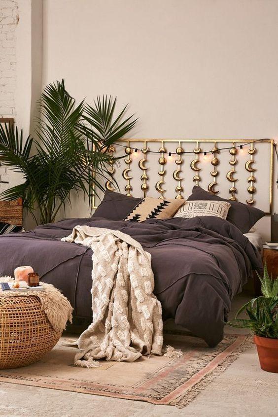 une chambre boho avec tête de lit phases de lune en or est un choix parfait pour un espace céleste