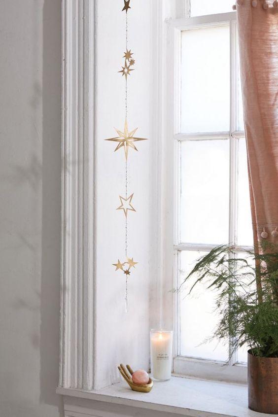 une belle tenture murale étoile dorée ou une tenture de fenêtre apportera une légère touche céleste à votre espace