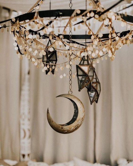 un lustre avec des pièces de monnaie, des bougeoirs étoiles 3D et une lune rendront votre espace très bohème et céleste