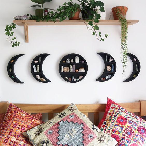 une étagère murale cool phases of moon en noir avec des géodes est une très belle idée de décoration pour la maison