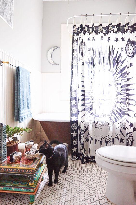 un rideau imprimé bleu marine et blanc céleste pour une touche céleste cool dans la salle de bain