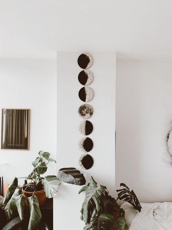 un art mural avec des phases de lune est très joli et a l'air moderne et audacieux, parfait pour un espace boho