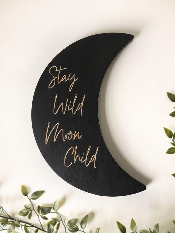 un élégant signe de lune noir mat avec calligraphie en or est une belle décoration céleste moderne qui peut être attachée n'importe où
