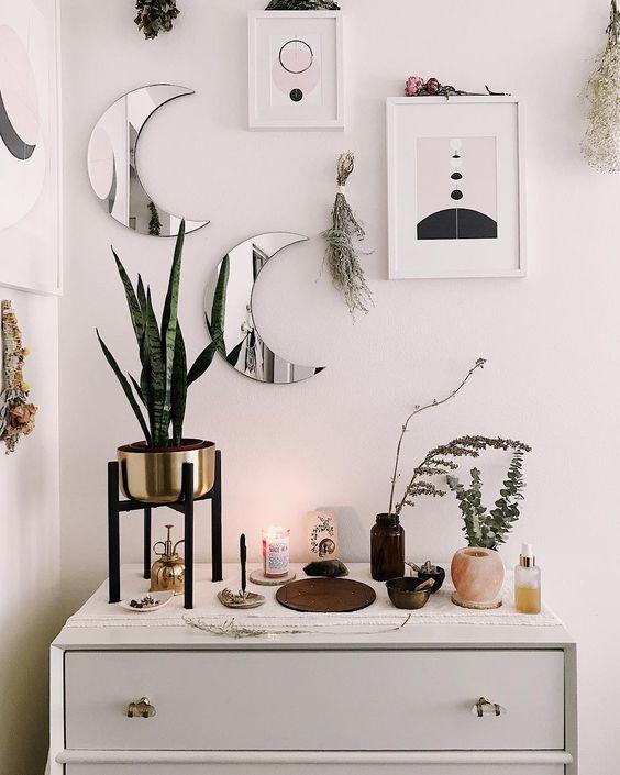 Les mini miroirs de lune et les œuvres d'art abstraites ainsi que les herbes ont l'air cool et apportent une sensation céleste romantique à l'espace
