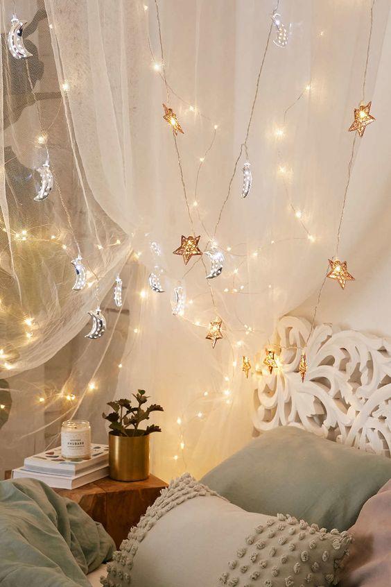 l'étoile d'or et les lumières de lune d'argent au-dessus du lit rendront vos rêves célestes et romantiques