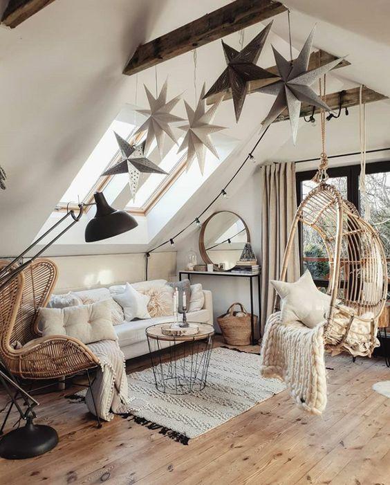 des étoiles suspendues surdimensionnées attachées à la poutre en bois et des oreillers en étoile apportent une sensation céleste à l'espace