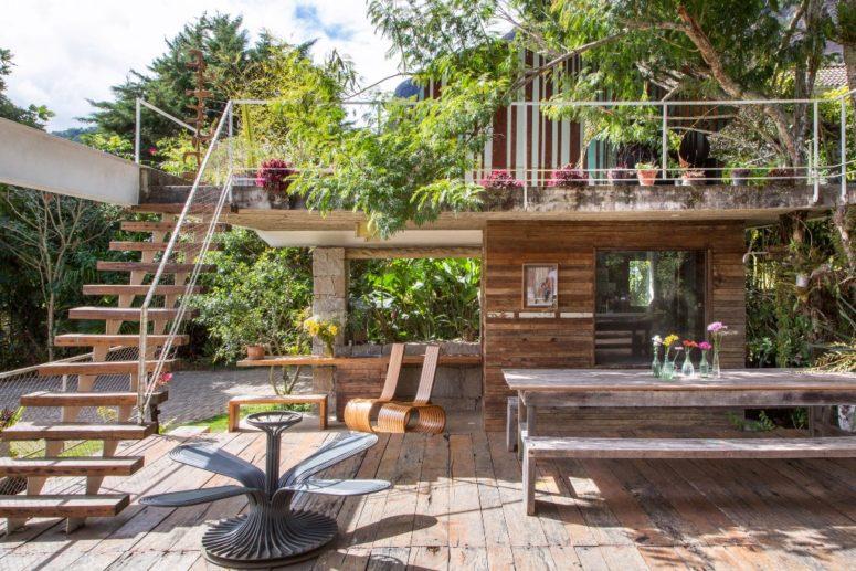 une belle terrasse avec un espace repas