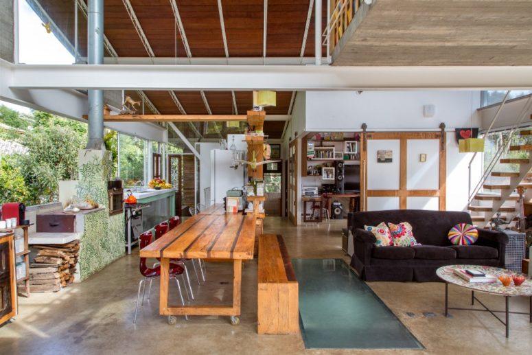 Le mobilier est simple et industriel, avec beaucoup de lumière