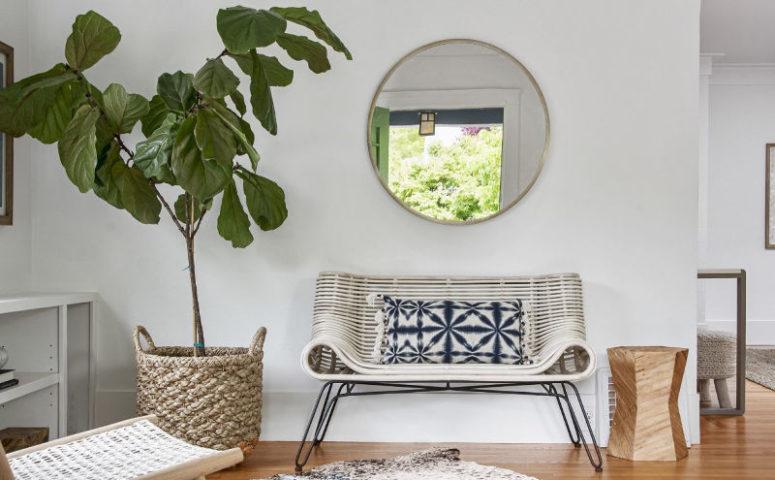 L'entrée est conçue avec un banc incurvé cool et des articles tissés et en bois