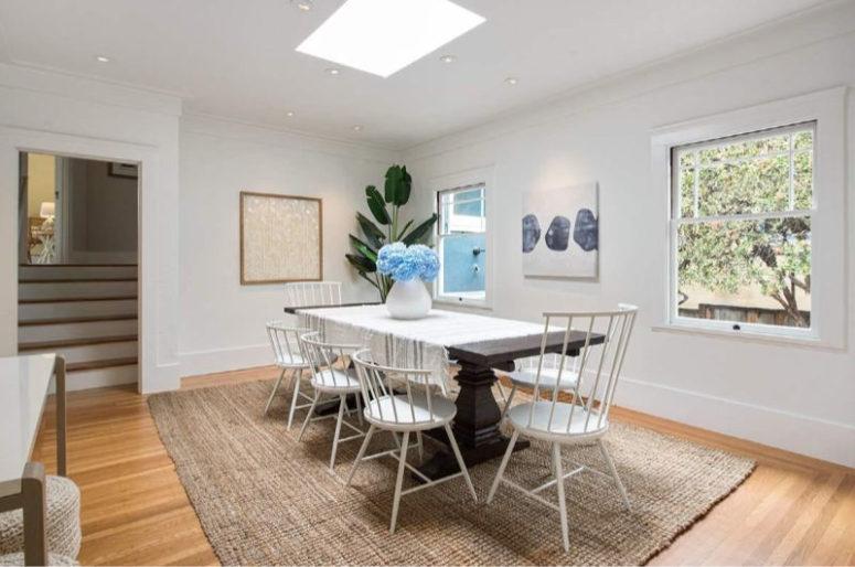 L'espace salle à manger est fait avec une table à manger teintée sombre, une lucarne et des chaises assorties