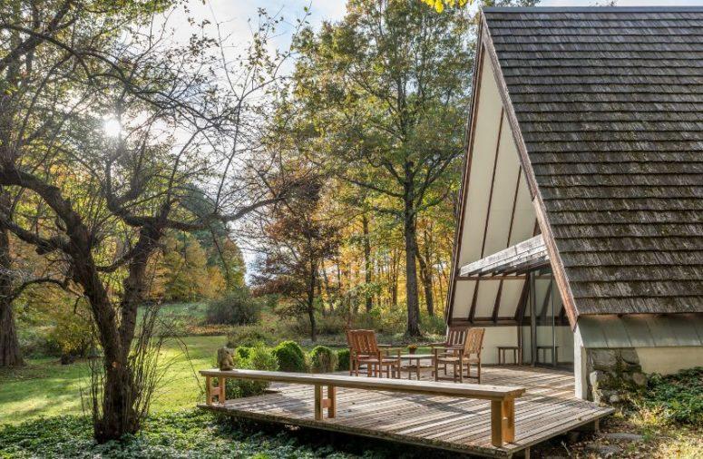 La maison dispose également de plusieurs terrasses en bois qui prolongent les espaces de vie à l'extérieur