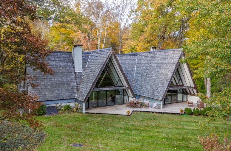 L'environnement en bois transforme cette maison en une retraite familiale vraiment paisible et tranquille