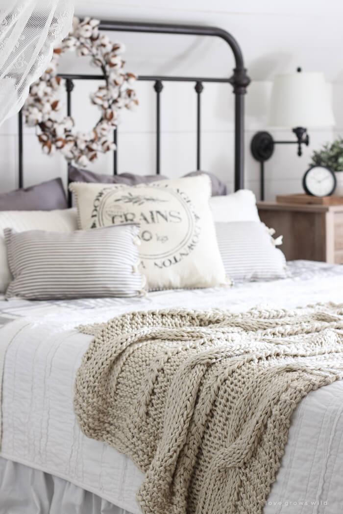 Décor de chambre à coucher en fer et en lin de style pignon