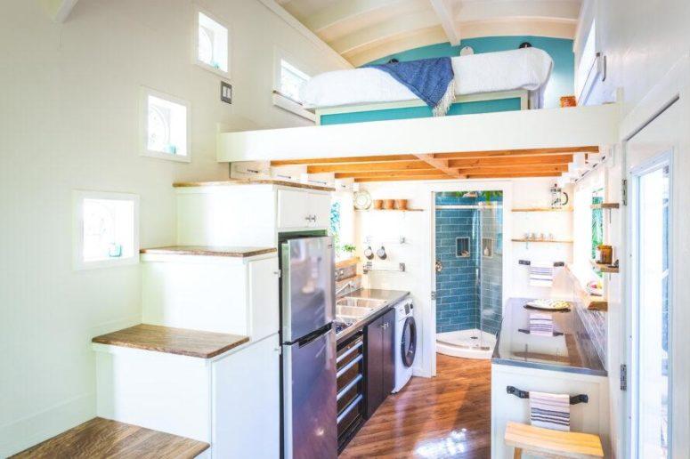 À l'intérieur, vous verrez un aménagement ouvert avec une cuisine, une salle de bain, une chambre et un salon
