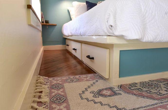 Le lit dispose de tiroirs de rangement