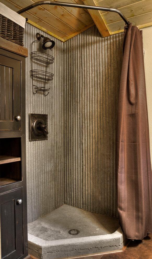 Contour de douche masculin en métal ondulé et bois