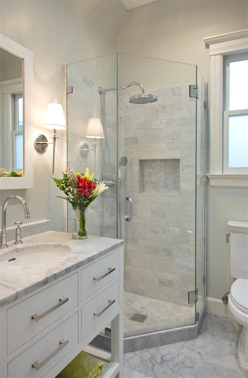 Petite salle de bain en marbre blanc apaisant