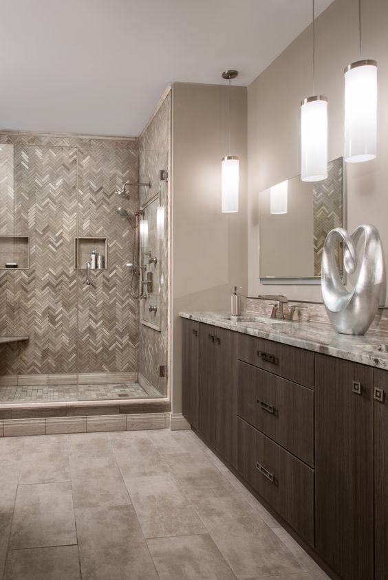 une salle de bain raffinée avec des murs de couleur beige, un meuble-lavabo teinté sombre, un espace douche carrelé et beaucoup de pierre