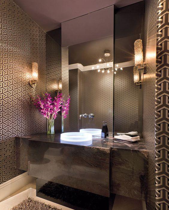 une salle de bain marron raffinée avec un papier peint chic, une coiffeuse en marbre marron, un tapis moelleux et un miroir de déclaration