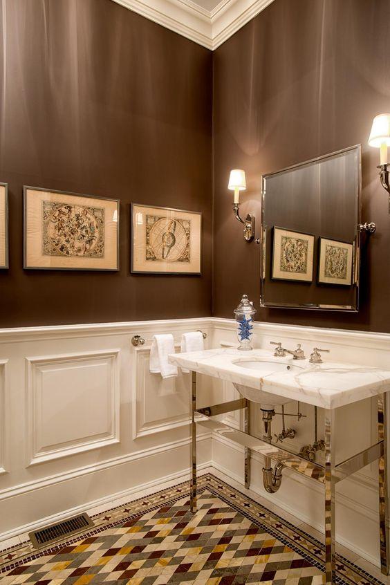 une salle de bain vintage marron et blanc avec des boiseries, un sol en mosaïque, un lavabo revêtu de marbre