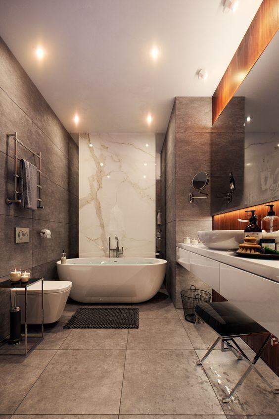 une salle de bains contemporaine élégante avec des carreaux marron clair, des carreaux beige, du marbre blanc et des appareils électroménagers blancs
