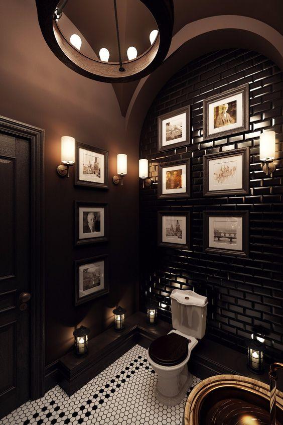 une salle d'eau art déco avec des murs brun chocolat et un mur carrelé, un mur de galerie et des touches de laiton