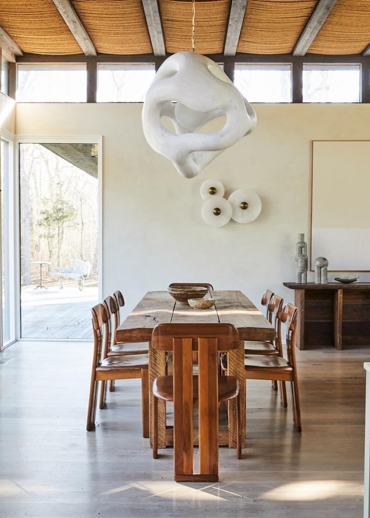 Le mobilier est un mélange d'objets design et de trouvailles d'occasion et l'équilibre est parfait