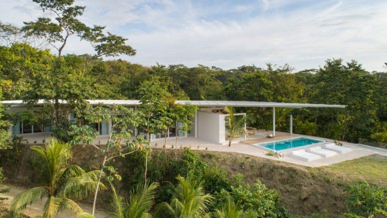 La villa est orientée vers l'océan pour profiter de la vue et il y a plusieurs espaces extérieurs
