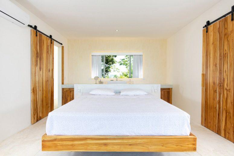 La chambre est décotée entièrement neutre, avec un lit flottant et une coiffeuse
