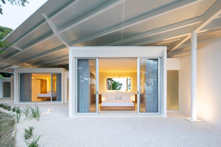 Chaque chambre est ouverte sur l'extérieur avec des portes coulissantes