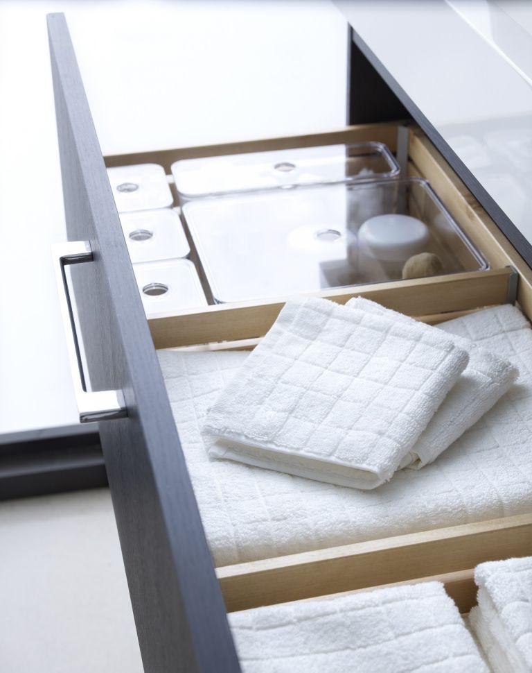 un tiroir dans la vanité économisera beaucoup d'espace et contiendra tout ce dont vous avez besoin, des serviettes au maquillage