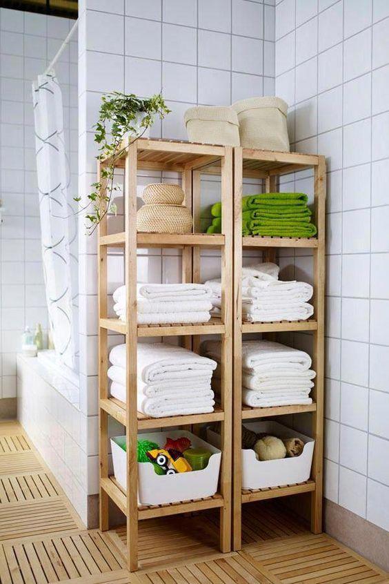 Étagères Molger d'IKEA utilisées pour ranger des serviettes, des paniers avec des savons et des mousses, des jouets pour enfants et d'autres objets