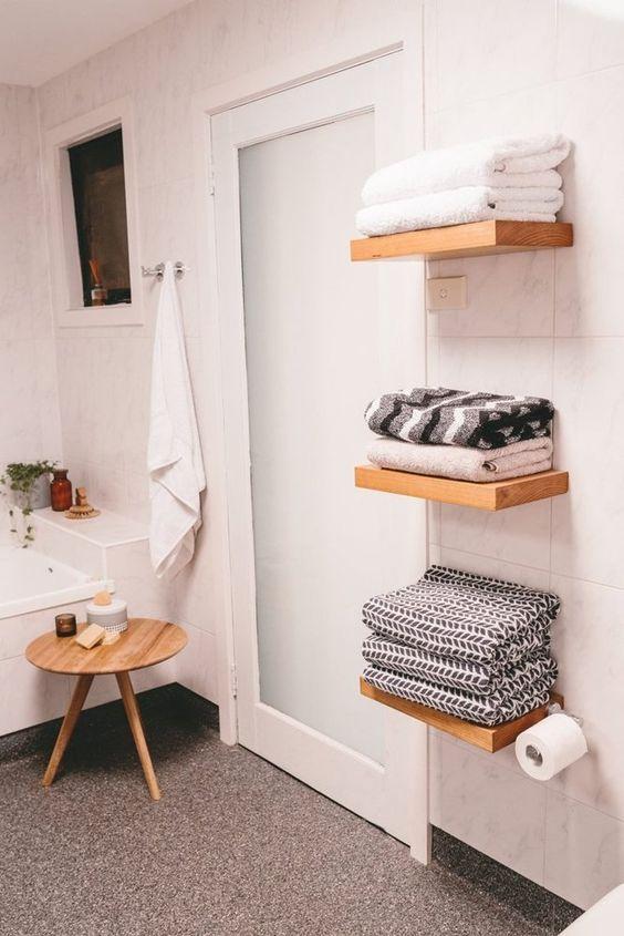 les étagères flottantes pour serviettes n'ont pas l'air volumineuses et n'encombrent pas votre salle de bain, c'est une solution cool