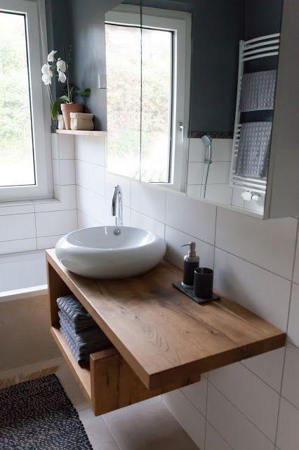 une vanité en bois moderne avec un espace de rangement ouvert qui permet de ranger quelques serviettes est une bonne idée