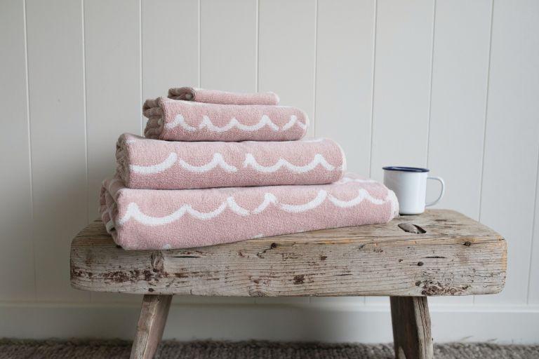 une table d'appoint ou un banc rustique ajoutera toujours une touche naturelle à l'espace et vous pourrez y ranger des serviettes