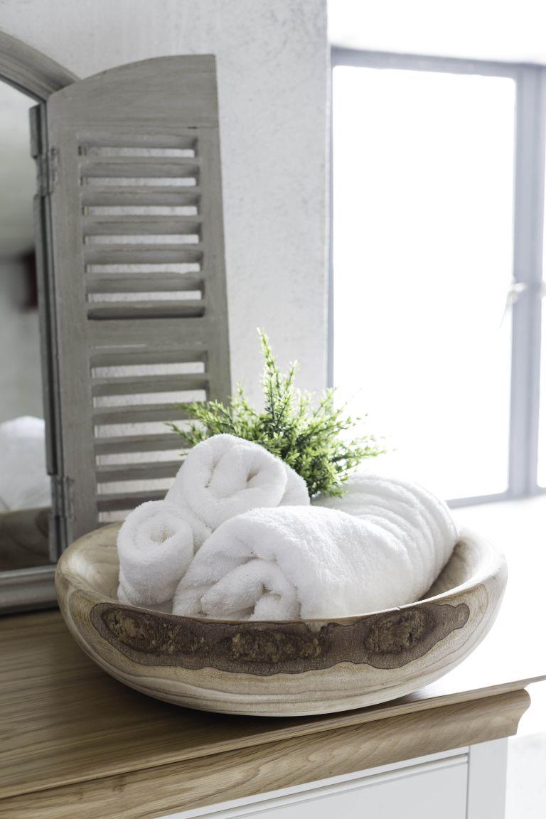 un bol en bois chic pour les serviettes est une idée créative pour une grande salle de bain, vous pouvez également en placer un pour les savons