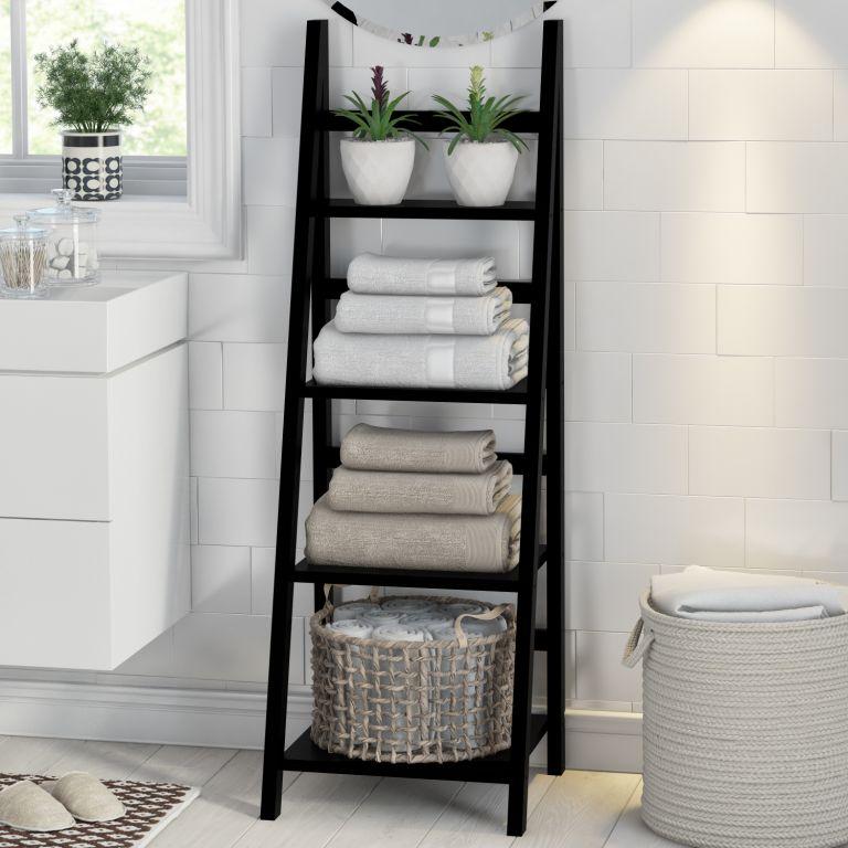 une échelle noire est une unité de rangement peu encombrante pour n'importe quelle salle de bain, elle fonctionne non seulement pour les serviettes mais aussi pour d'autres pièces