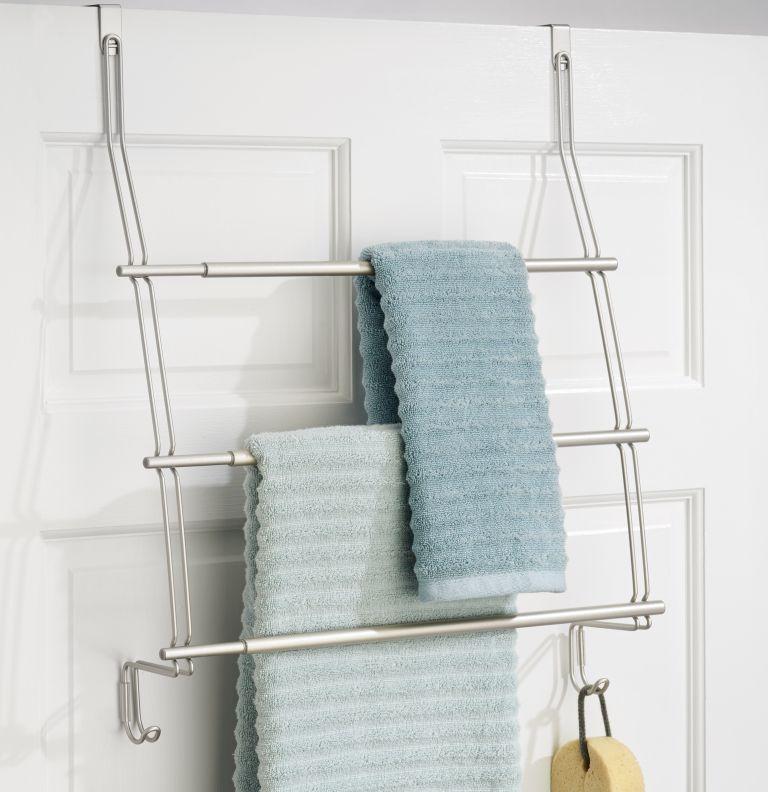 un porte-serviettes de porte est une excellente solution peu encombrante que vous pouvez basculer et il peut contenir beaucoup de serviettes